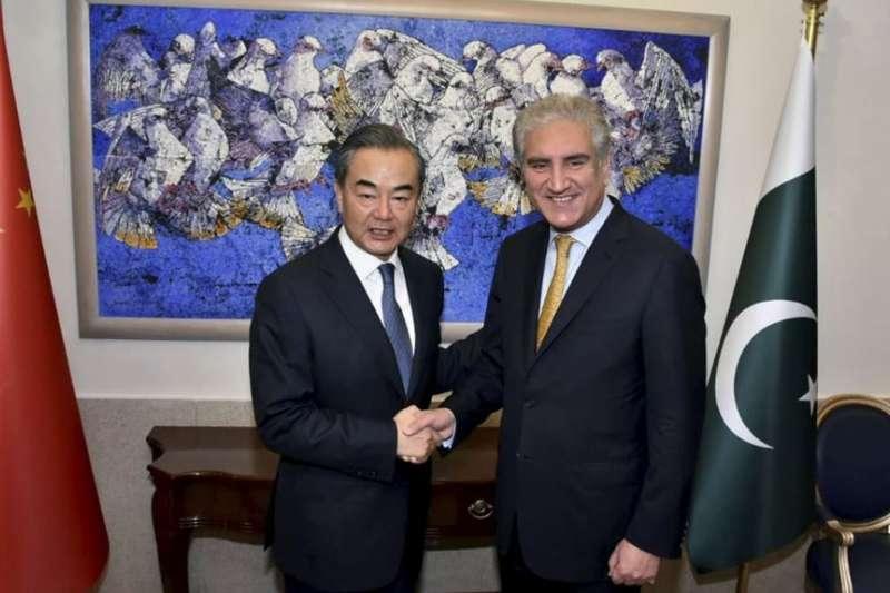 巴基斯坦總理伊姆蘭·汗會晤中國外交部長王毅。(美國之音)