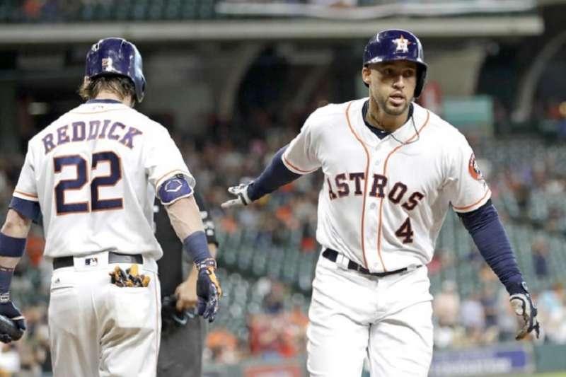 (圖左)太空人右外野手瑞迪克不滿昨天與紅襪比賽裡七局上的出局判決,並且在自己的推特上發文諷刺裁判的判決有誤。(美聯社)