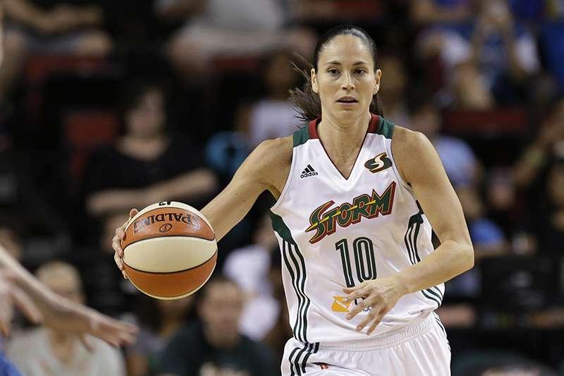 WNBA傳奇控衛蘇伯德,因為熱愛球鞋與波士頓賽爾提克控衛厄文成為好朋友,球鞋品牌NIKE還特地為蘇伯德製作特別版球鞋。(美聯社)