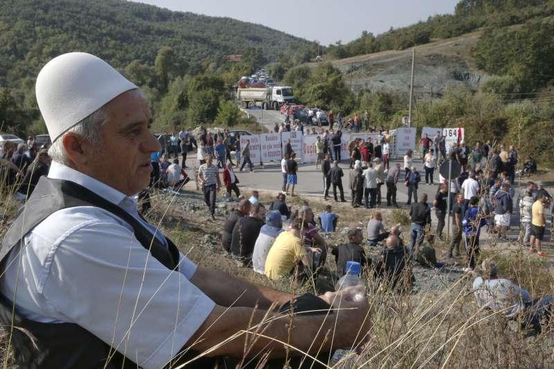 科索沃阿爾巴尼亞裔老兵封路示威,不讓塞爾維亞總統武契奇訪問巴尼亞村(AP)