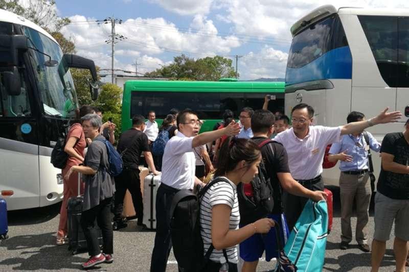 中國駐大阪總領事館貼出的疏散旅客照片,相片中的場景顯然不是海上關西機場。