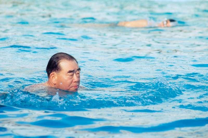 「抬頭蛙」泳姿,郝柏村說可讓身體浮起來更久。(新新聞資料照)