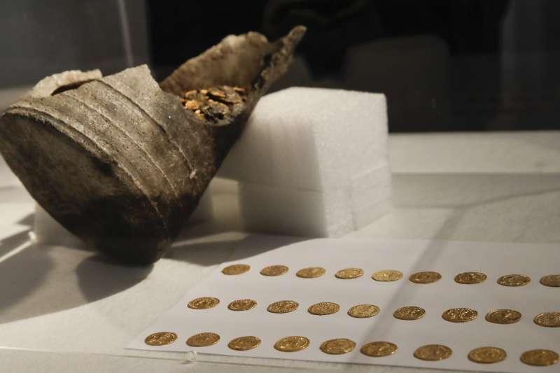 義大利北部米蘭的科摩市發現300多枚羅馬帝國時期的古金幣(AP)
