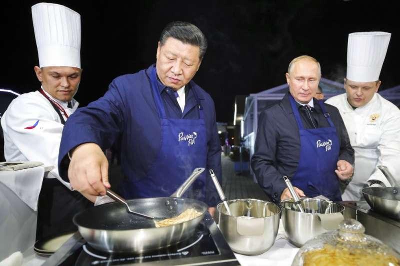 習近平與普京在海參葳煎餅。(美聯社)