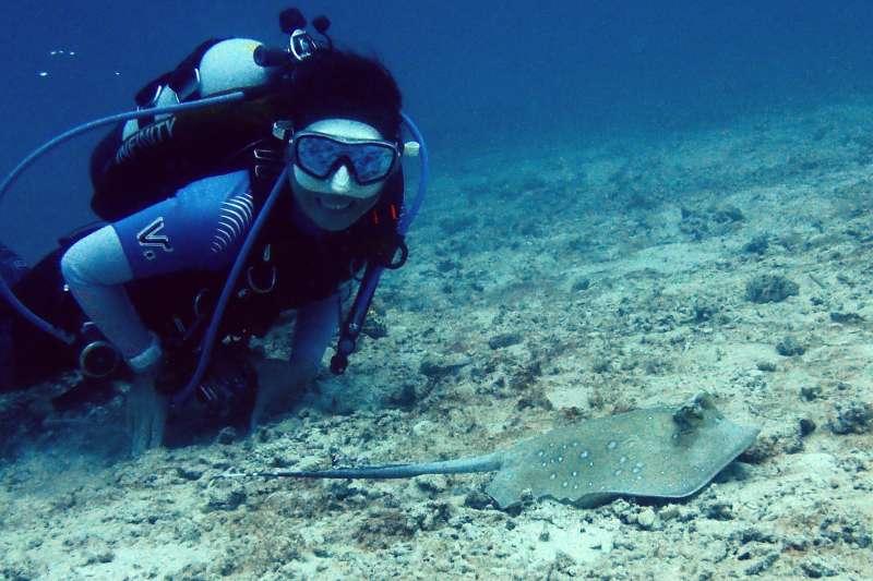 好多人嚮往潛水教練的生活,但在你決定要把潛水當飯吃之前,讓我來為大家點破光鮮亮麗網美圖背後的真實生活吧。(圖/顏孝真提供)