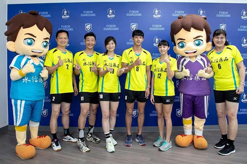 台灣首位旅外排球員邱金治(右)等人代表永信杯為富邦悍將開球。(圖由永信杯提供)