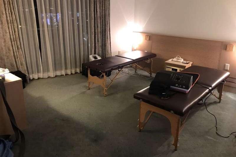 松下黑豹在飯店額外布置一間治療室,讓陳建禎大開眼界。 (圖/取自陳建禎臉書)