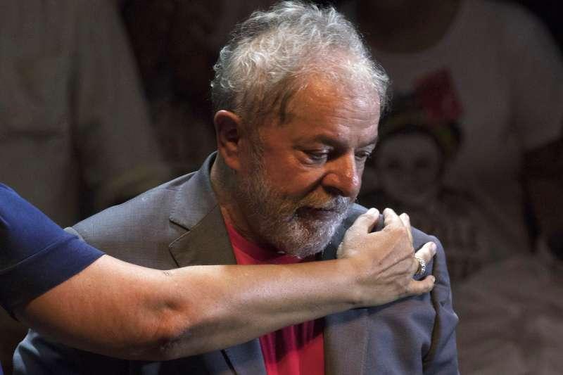 巴西前總統魯拉淪為階下囚,11日宣布退出總統選舉。(AP)