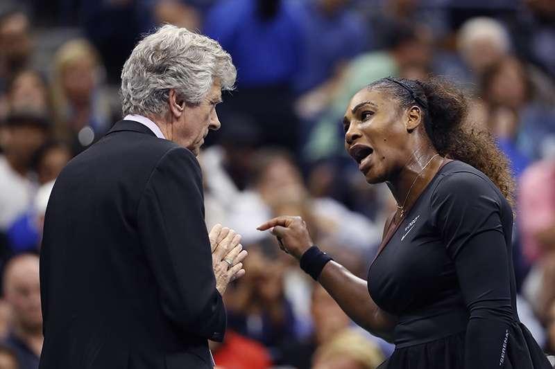 2018美國網球公開賽女單決賽,因為對於主審判決不滿,知名女單選手小威廉絲在決賽中與主審發生爭論,事後女子網球協會也力挺小威。(美聯社)