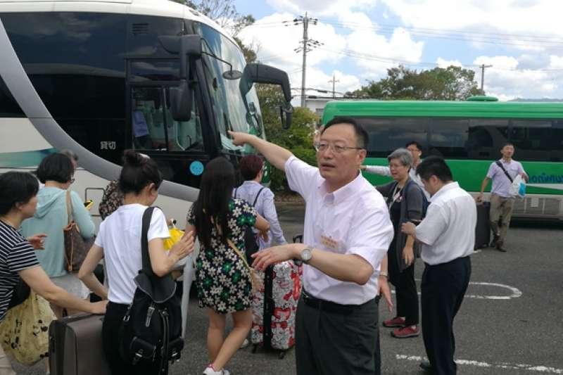 駐大阪總領事館貼出總領事李天然協助疏散受困旅客的照片。