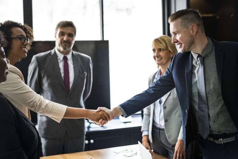 為什麼越是志同道合的熟人,聚在一起越難做出真正的壯舉?人際專家教你善用「弱連結」,突破封閉的社交圈。(圖/pixabay)