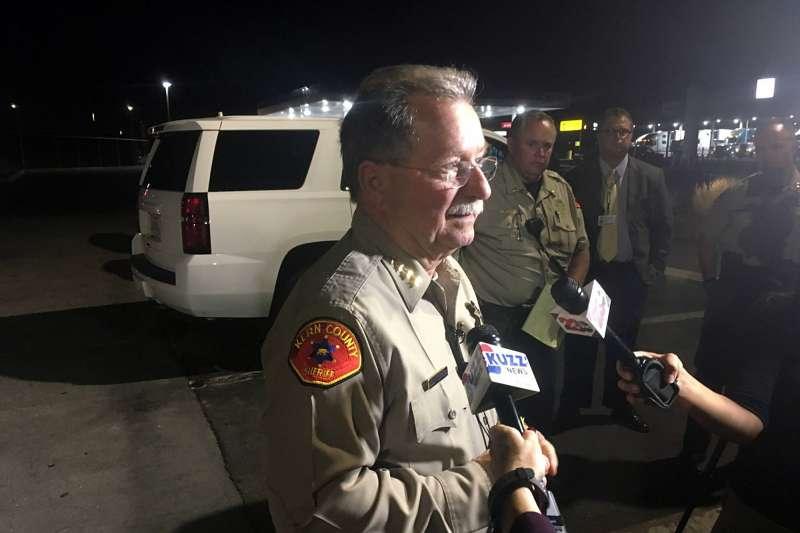 2018年9月12日,美國加州南部城市貝克斯非發生6死槍擊案,警方說明案情(AP)
