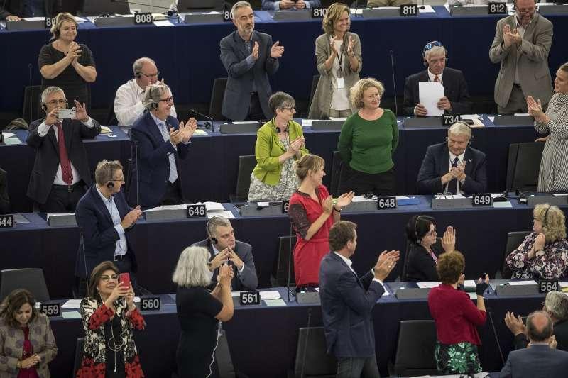 荷蘭籍歐洲議會議員薩爾根提尼(穿深綠上衣女性)提出懲處匈牙利的動議,通過後同僚鼓掌歡迎(AP)