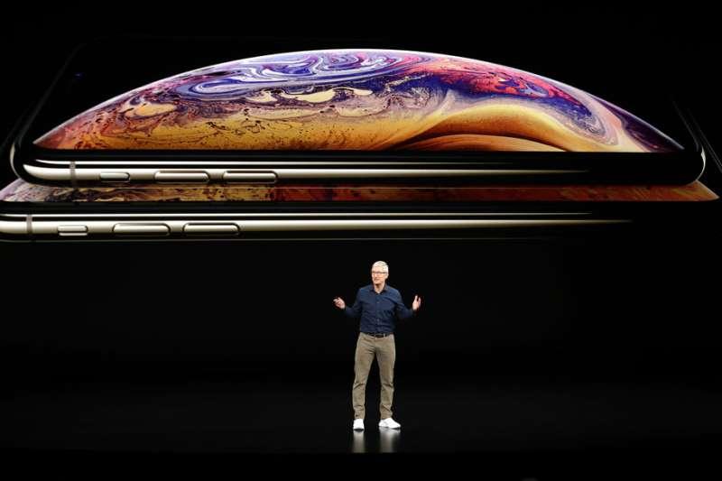 2018年9月12日,蘋果電腦舉行秋季發表會,蘋果執行長庫克介紹新款iPhone XS與iPhone XS Max。(美聯社)