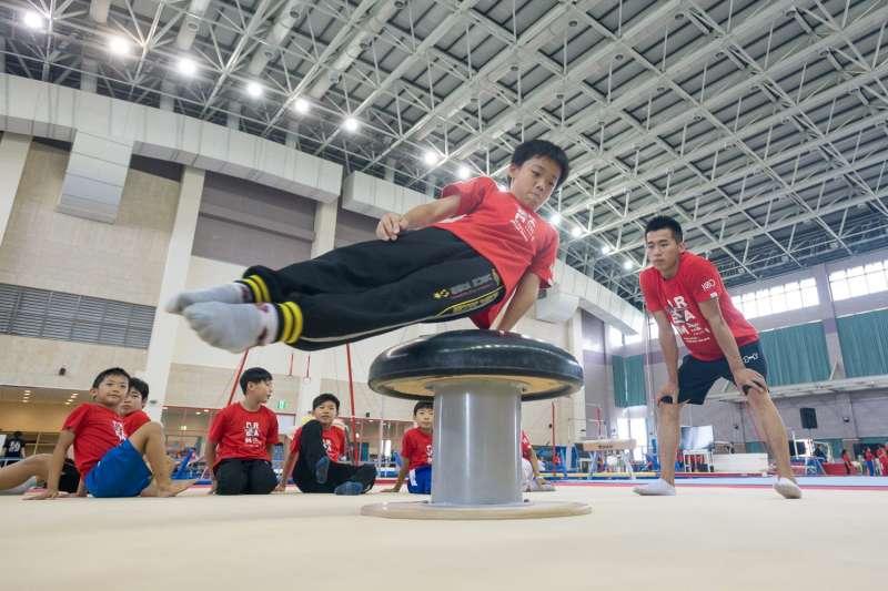 華南銀行邀請國手林育信、李智凱、黃克強等優秀師資,首辦小小體操營培育下一代運動新血(圖 / 華南銀行提供)