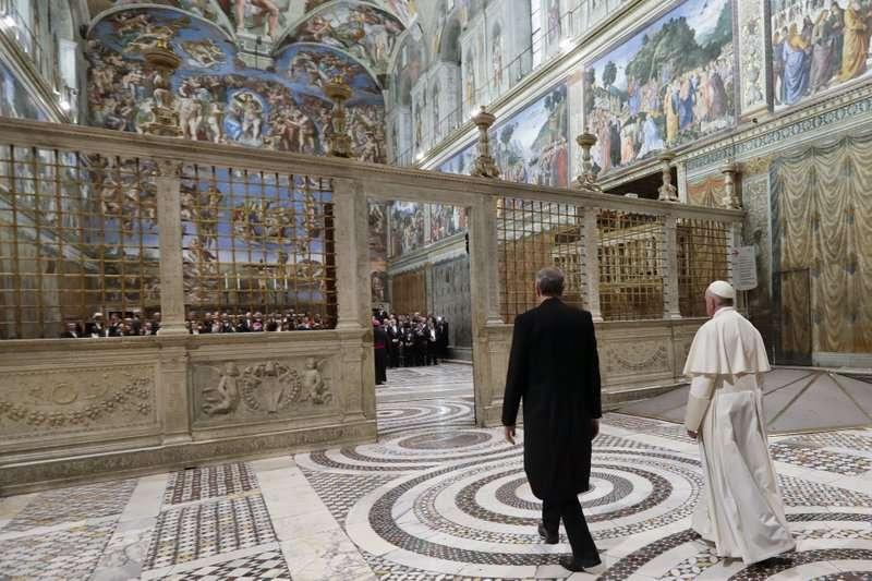 教宗方濟各2018年初,在西斯汀教堂接待參與新年彌撒的各國使節。(AP)