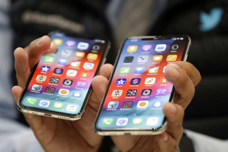 2018年9月12日,蘋果電腦舉行秋季發表會,iPhone XS(左)、iPhone XS Max(右)正式亮相。(美聯社)