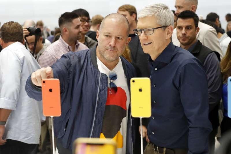 2018年9月12日,蘋果電腦舉行秋季發表會,蘋果執行長庫克(Tim Cook,右)望向新iPhone。(美聯社)