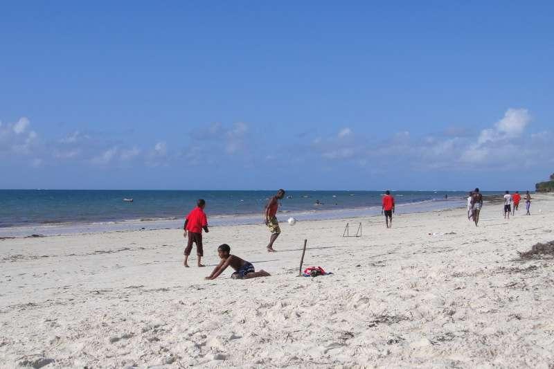 Nyali海灘上,兩場沙灘足球賽正在進行,矯捷的身影,呼嘯過晨曦,青春洋溢的線條,無悔的汗水與奔馳,構成最美的畫面。(圖/謝幸吟提供)