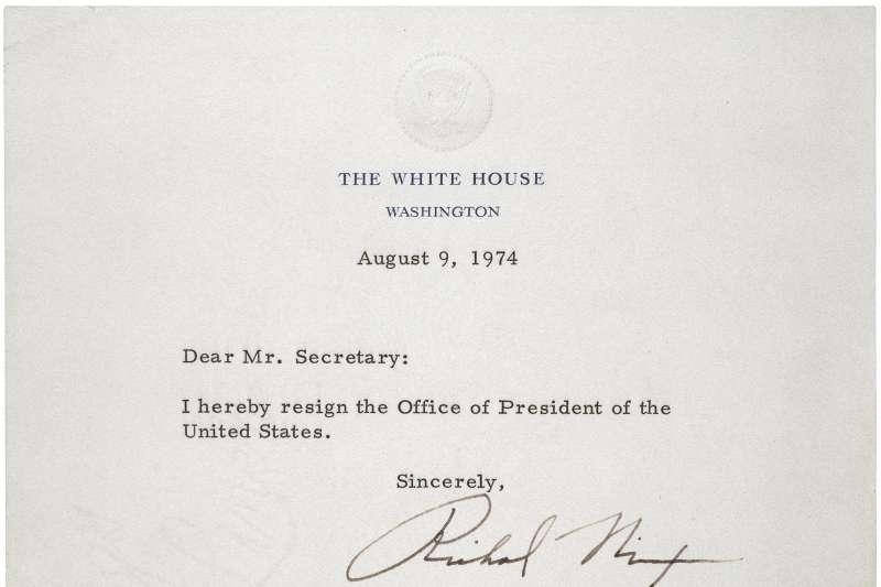 1974年8月8日,美國總統尼克森(Richard Nixon)發布辭職信,宣布自翌日起辭職(Wikipedia / Public Domain)