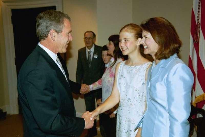 綁架、性侵受害人史瑪特(右二)與母親2003年曾與美國時任總統小布希會面。(Wikipedia/ Public Domain)