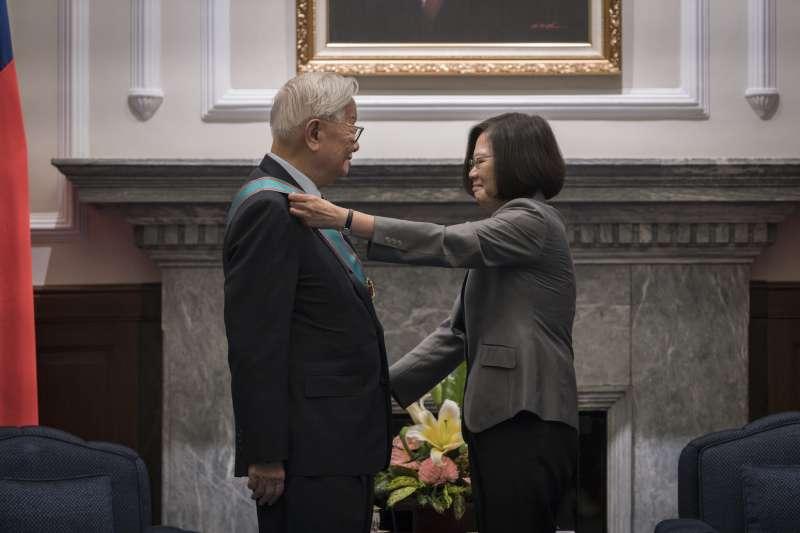 總統蔡英文頒授台灣積體電路製造股份有限公司創辦人張忠謀先生「一等卿雲勳章」。(總統府提供)