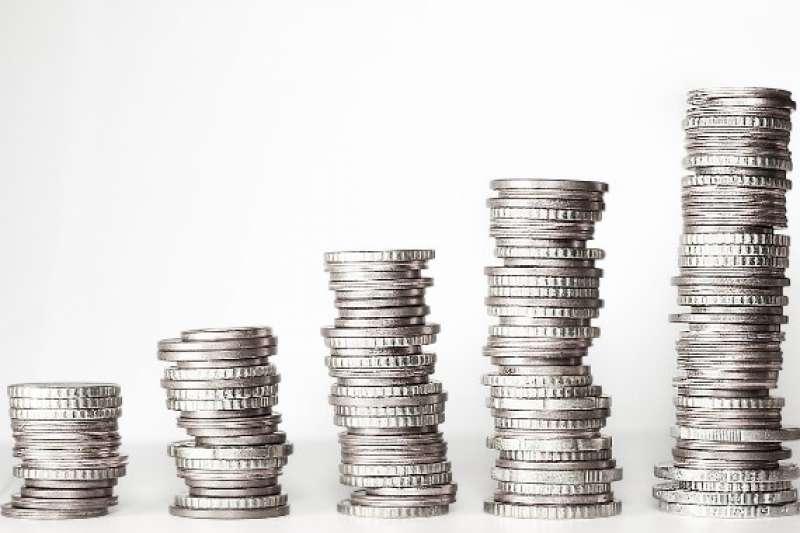 上班族現在薪水賺那麼少,年終獎金也縮水。(AP)