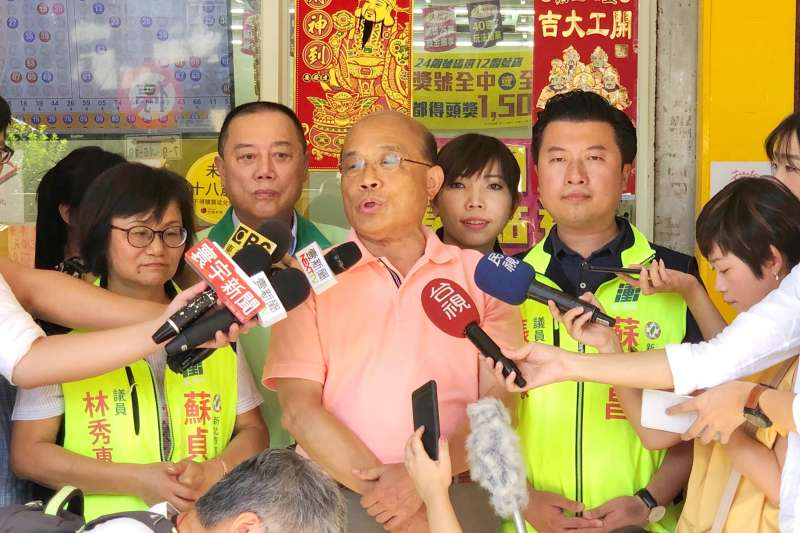 民進黨新北市長參選人蘇貞昌14日上午至中和新生街市場掃街。(蘇貞昌辦公室提供)