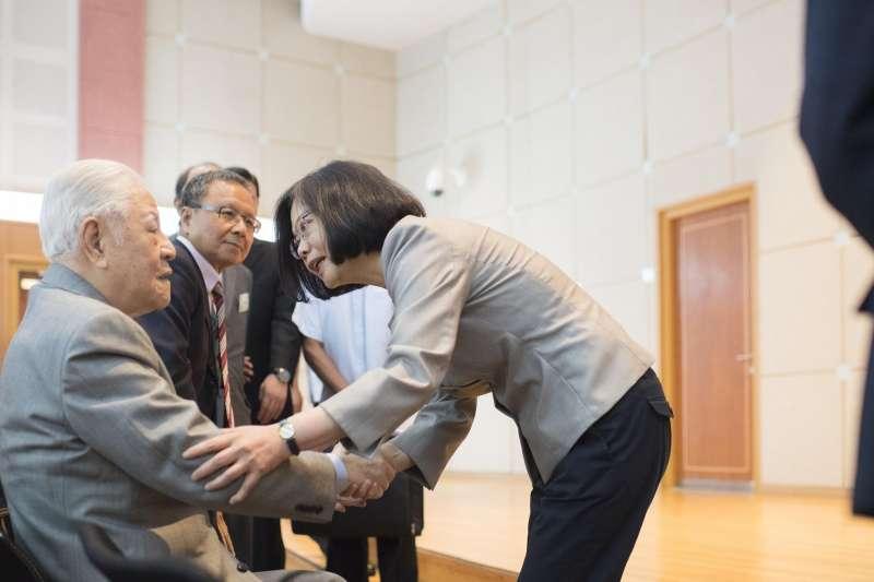 2016年蔡英文總統與前總統李登輝握手(總統府)