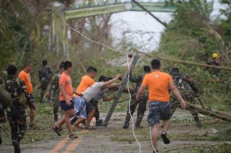 位於馬尼拉北部的卡加延省巴高鎮,颱風已造成電線桿和樹木倒塌。(BBC中文網)