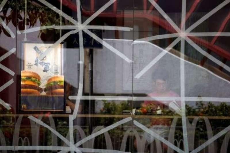 香港一家快餐店玻璃外牆貼上了膠帶。(BBC中文網)