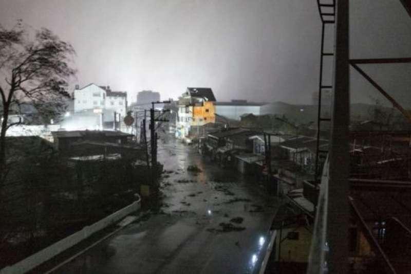 森德表示,已經收到報告指許多樹木被連根拔起,電線桿被吹倒,道路堵塞。(BBC中文網)