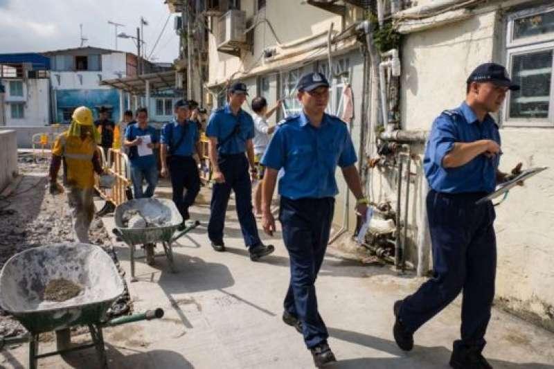 颱風「山竹」靠近香港前,香港警方向可能受到影響的居民發放宣傳資料。(BBC中文網)
