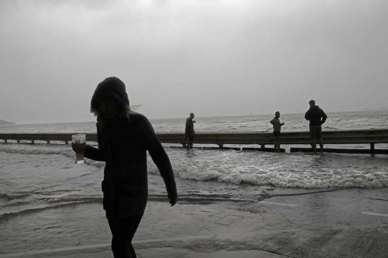 2018年9月16日,「山竹」颱風侵襲香港,造成嚴重災情(AP)