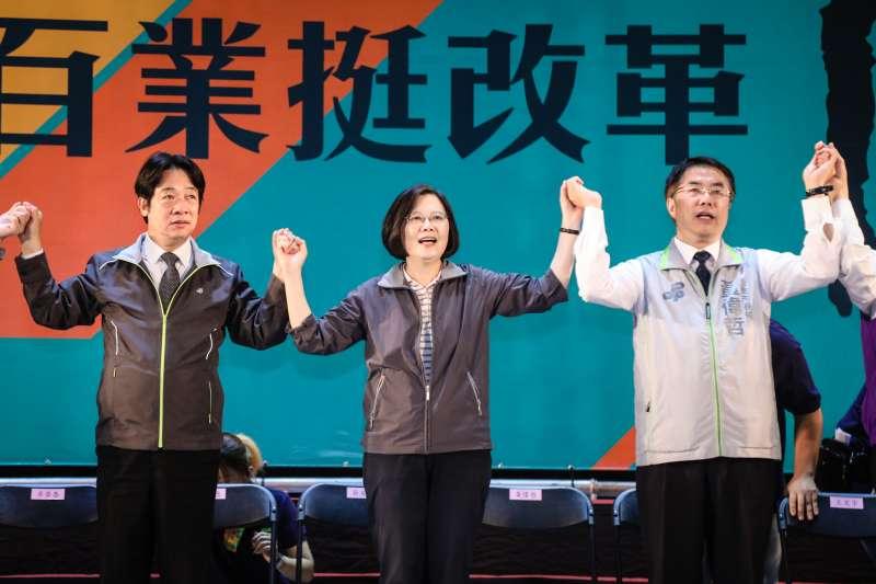 總統蔡英文(中)以民進黨主席身份,赴台南出席「百工百業挺改革」活動。左為行政院長賴清德,右是台南市長參選人黃偉哲。(民進黨中央提供)