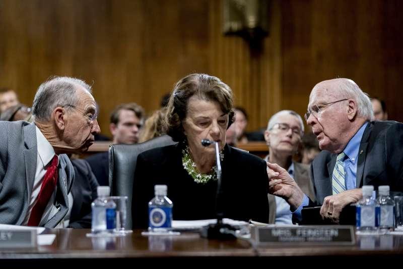民主黨的美國聯邦參議員范士丹(中)收到信件,內容控訴聯邦最高法院大法官被提名人卡瓦諾曾意圖性侵。(AP,資料照)