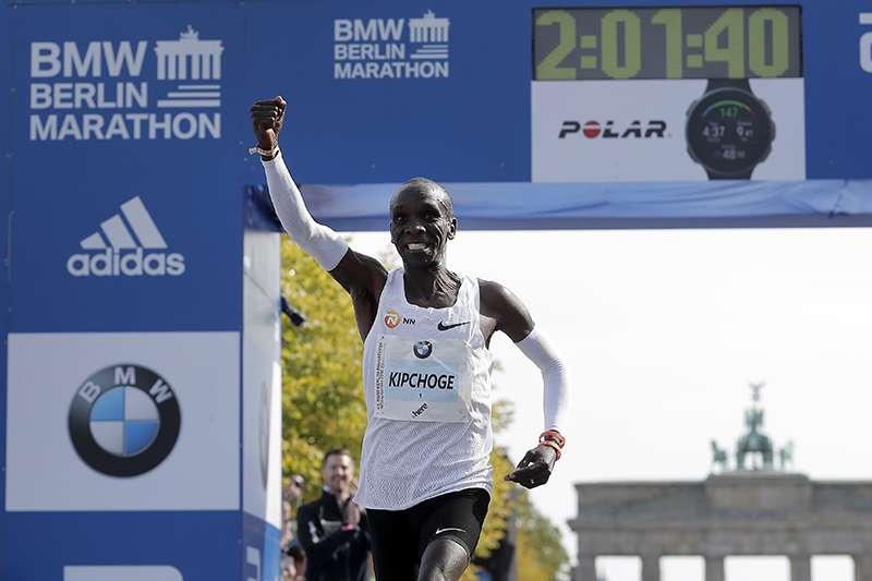 奇普喬格在德國柏林舉行的馬拉松大賽中,以2小時又1分39秒,打破世界紀錄。(美聯社)