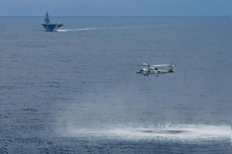 由加賀號甲板起飛的反潛直升機正在南海投放聲納。(海上自衛隊官網)