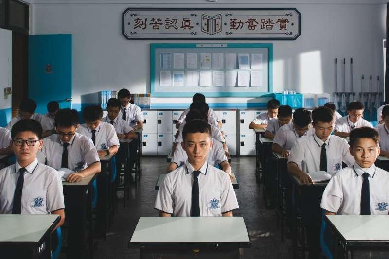 《藍色項圈》拍下了讓台灣學生喘不過氣的教育體制,但影評人卻直言點出片中讓人頻頻出戲的關鍵。(圖/威視電影提供)