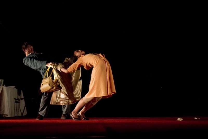 歐陸劇場近年表現最受矚目的比利時偷窺者舞團(Peeping Tom),將帶來「家庭三部曲」第一部作品《父親》Vader。(圖/兩廳院提供)
