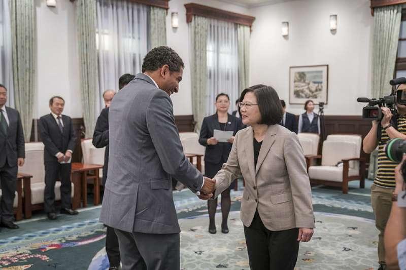 總統蔡英文(右)接見聖文森國訪問團。(取自總統府官網)