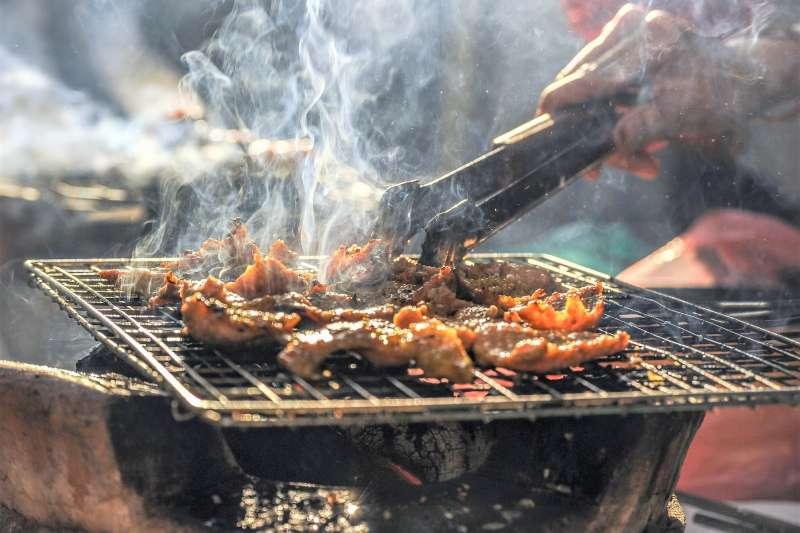 每年中秋過完,臉馬上圓一圈,怎麼做才能吃到烤肉又不發胖呢?(圖/HaiRobe@pakutaso)