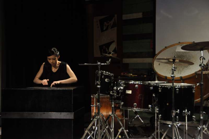 20180918-朱宗慶打擊樂團18日舉行記者會宣布,本次將由樂團培訓多年的團員戴含芝、陳妍臻,分別於9月26、27日帶來獨奏會。陳妍臻的演奏會名為《Nude-Turn to Zero》。(朱宗慶打擊樂團提供)
