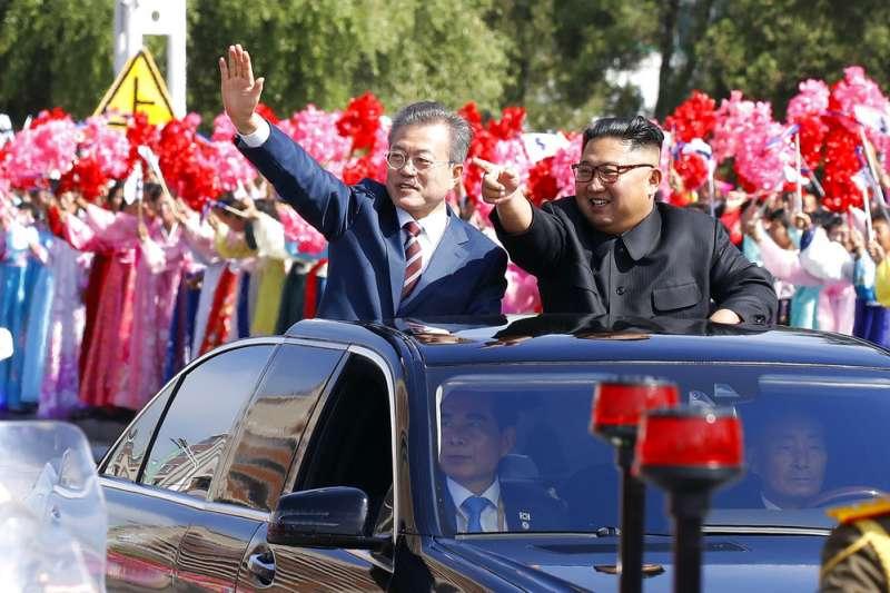 2018年9月18日,南韓總統文在寅與北韓最高領導人金正恩乘敞篷車在平壤遊街,平壤市民夾道歡迎。(AP)