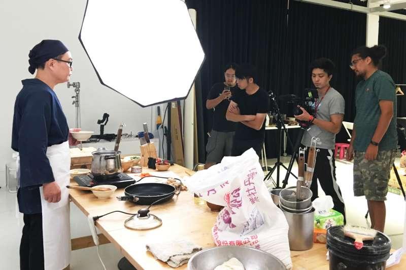 移居高雄創業的孫介珩(右一),在DAKUO數創中心的協助下成立工作室,致力推動獨立電影。(圖/孫介珩提供)