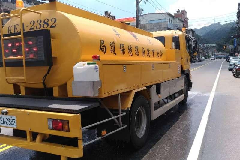 洗街車於新北市新店區執行路面環境降溫作業。(圖/新北市政府消防局提供)