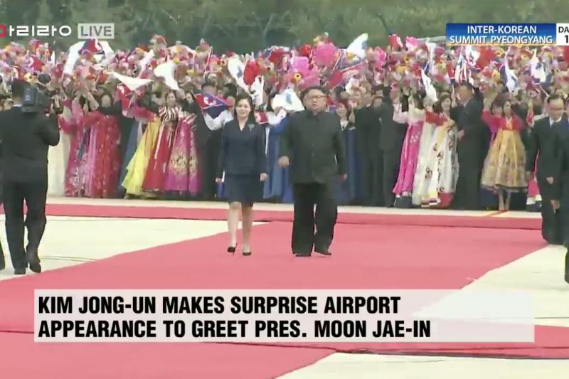 文在寅18日到訪平壤,金正恩親自接機,還有小朋友代表北韓獻花。