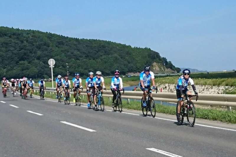 圖一、捷安特品牌創始人羅祥安(右二)領隊參加日本東北自行賽 (圖/Giant Japan)