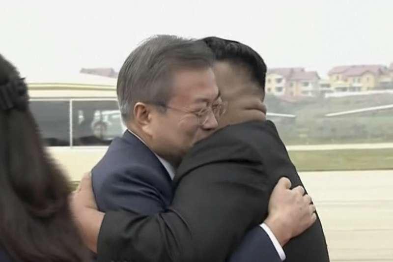 2018年9月18日,南韓總統文在寅搭乘空軍一號專機飛抵北韓首都平壤順安國際機場,北韓最高領導人金正恩親自到機場迎接。(AP)