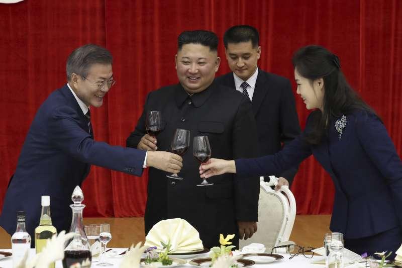 2018年9月18日,南韓總統文在寅訪問北韓首都平壤,北韓領導人金正恩晚間在玉流館設宴款待。(美聯社)